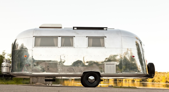 Vintage-Airstream-Safari-parked-by-a-lake